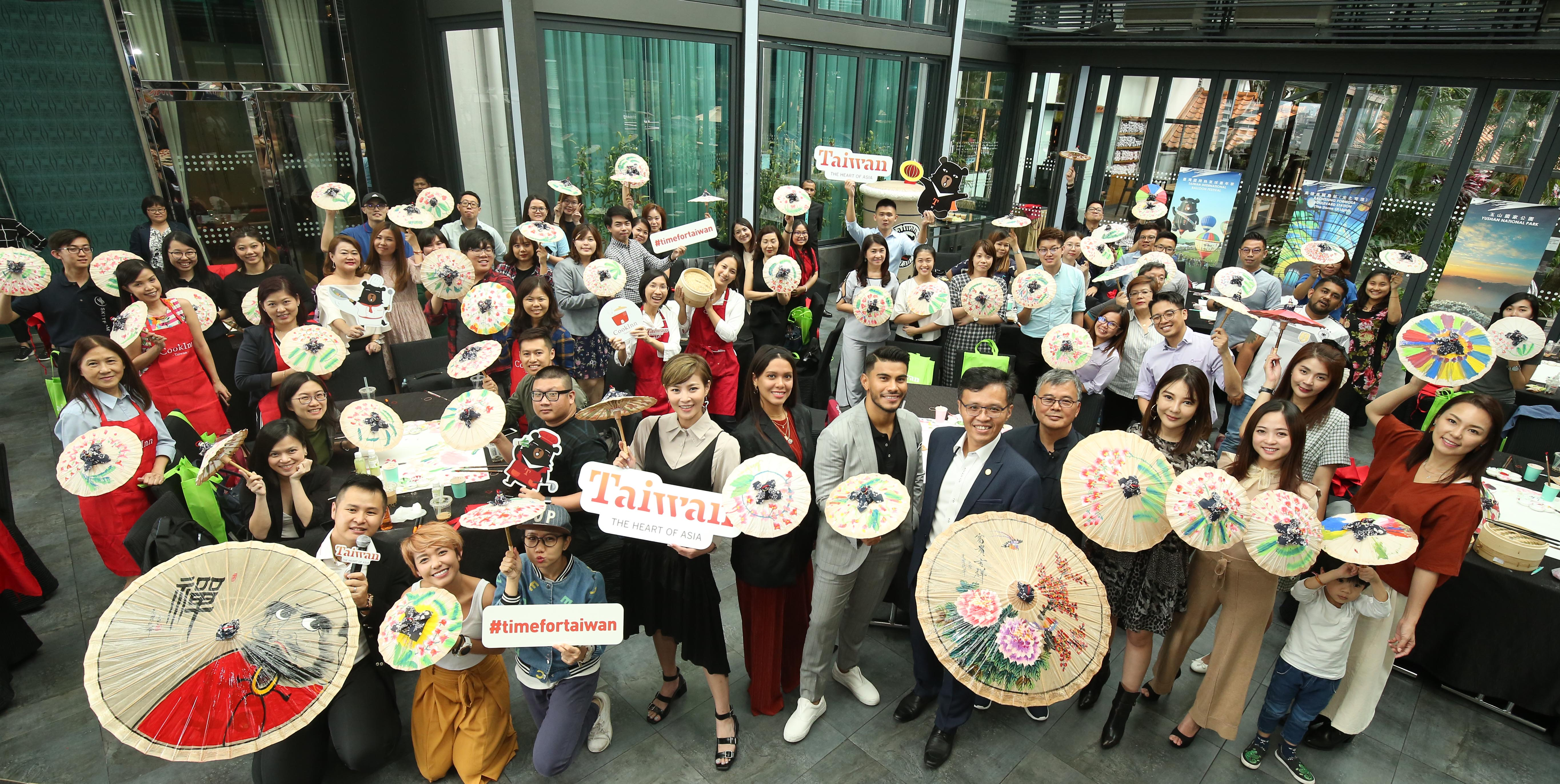 Guests proudly presented their DIY creative Taiwanese dumpling and oil-paper umbrella artwork.