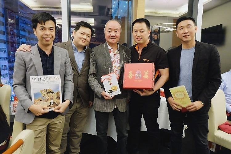 Souvenir presentation by Malaysian representatives to the owner of Kin's Kitchen, Lau Kin Wai. From left: IM First Class Editor In Chief, Gibson Chan, Hung Chun Sdn. Bhd. Managing Director, Peter Yee, Ghee Hiang Sdn. Bhd. Executive Director, Ch'ng Huck Theng and Ichi Media Business Development Director, Oo Lean Hooi.