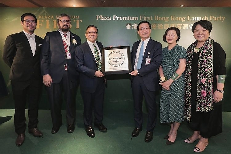 """Mr. Song Hoi-see (centre left), Founder and officiating guests presented Plaza Premium Group's """"World's Best Independent Airport Lounge"""" award by Skytrax at the Plaza Premium First Hong Kong Launch Party."""